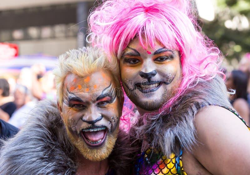 Drag queen con il loro trucco partecipare al ventitreesimo gay Pride Parade sul viale di Paulista fotografie stock libere da diritti