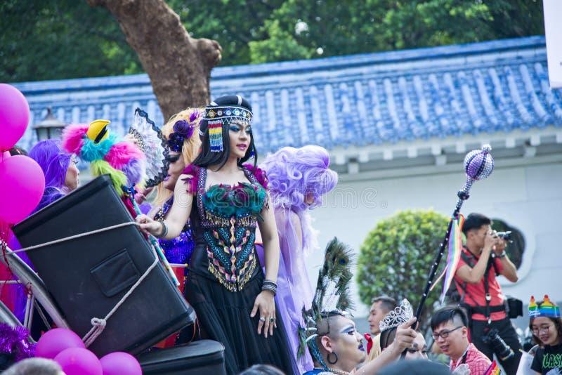 Drag queen nell'orgoglio di Taipei LGBTQIA, Taiwan di un aborigeno 28 ottobre 2017 immagine stock