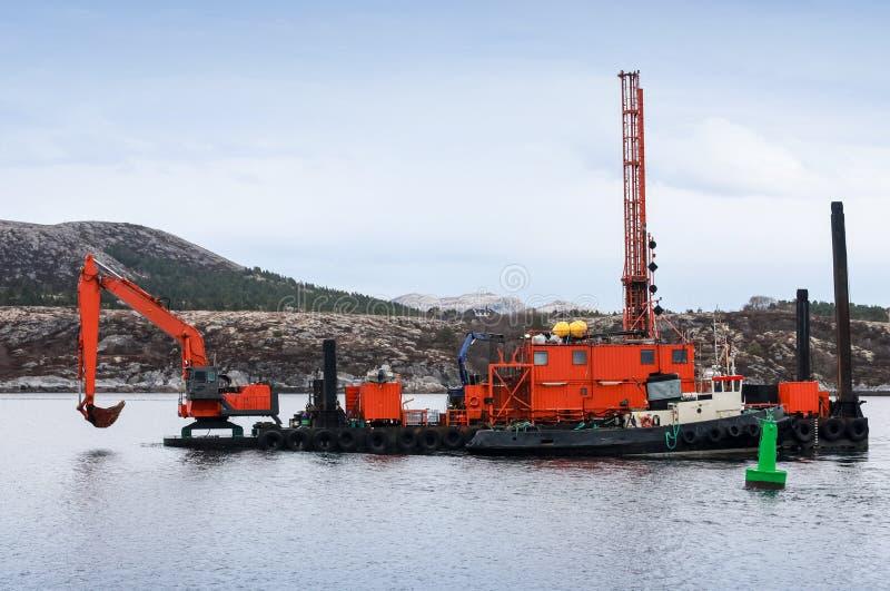 Draga roja - buque de apoyo de excavación imagenes de archivo
