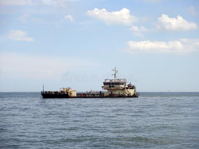 Dragado de la barra de arena de la ciudad Maryland del océano imagen de archivo