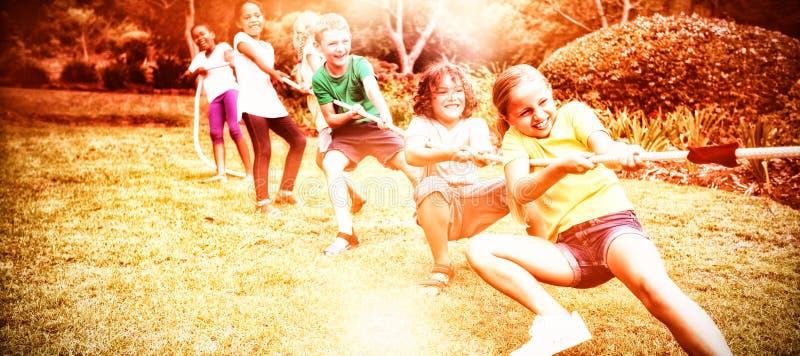 Dragande rep för barn i dragkamp arkivfoton