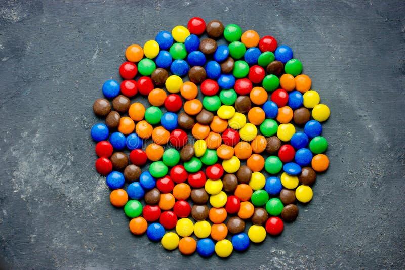 Dragees för chokladgodis i färgrik glasyr royaltyfria bilder