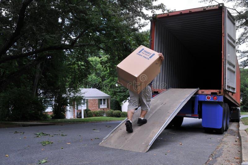 Dragende doos in het bewegen van vrachtwagen stock afbeeldingen