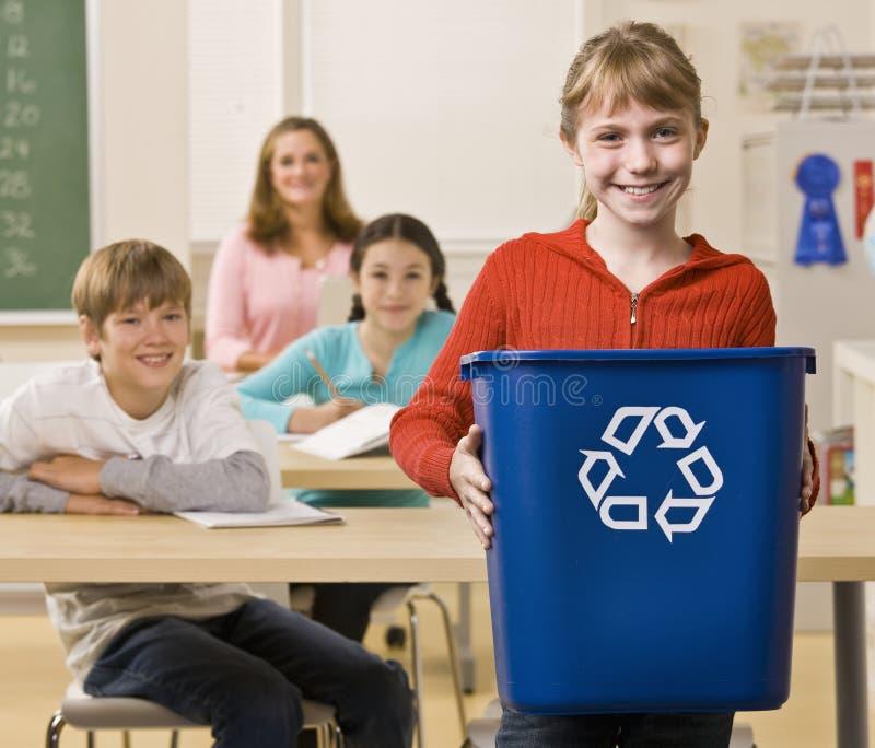 Dragende het recyclingsbak van de student stock afbeeldingen