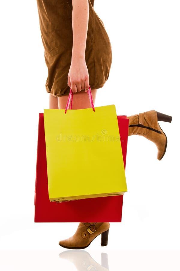Dragende het winkelen van de vrouw zakken stock foto