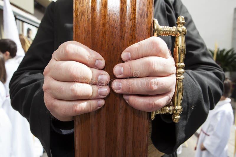 Drager die een kruis bij Heilige Week, Spanje houden royalty-vrije stock foto