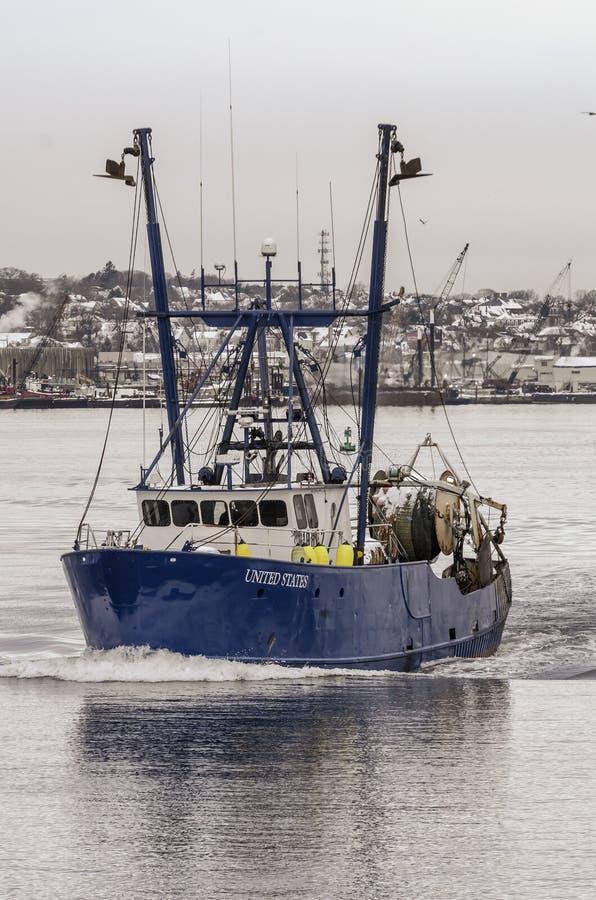 Dragger Stany Zjednoczone opuszczają port zdjęcie stock