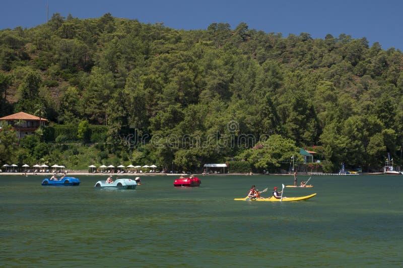 23 07 2009 dragningar för Turkiet Aegean kusthav, katamaran, kanoter, bilar arkivbilder