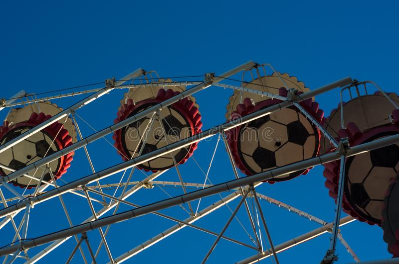 Dragningar i v?rstad parkerar - Ferris Wheel Over Blue Sky royaltyfria bilder