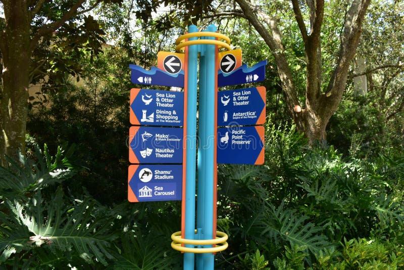 Dragningar undertecknar på grön skogbakgrund på Seaworld royaltyfri foto
