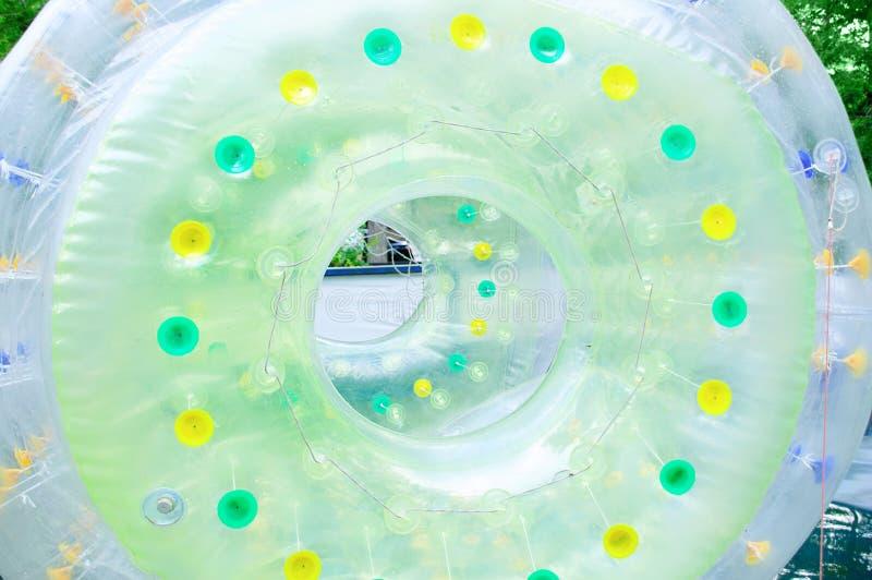 Dragningen i parkerar är en uppblåsbar ballong på vatten fotografering för bildbyråer