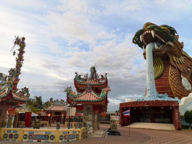 Drago celeste ed il santuario principale della città in Suphan Buri quando il cielo è luminoso Drago celeste ed il santuario prin fotografia stock libera da diritti