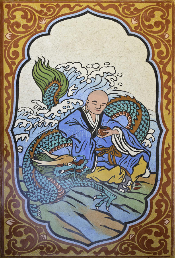 Drago cinese e pittura del monaco di cinese sulla parete in tempio cinese immagine stock