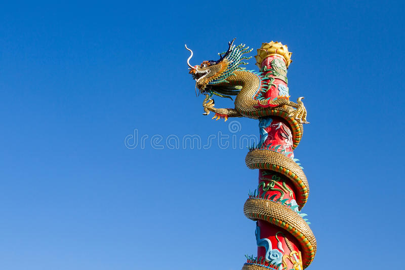 Drago cinese sul bello fondo del cielo fotografie stock libere da diritti