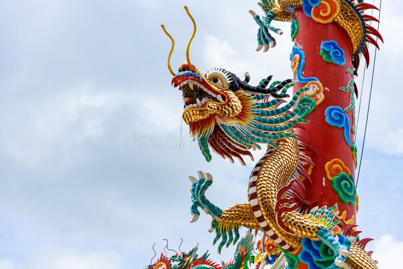 Drago cinese sul bello fondo del cielo fotografia stock