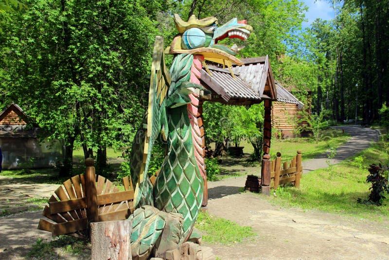 Drago di legno nel vecchio parco immagine stock libera da diritti