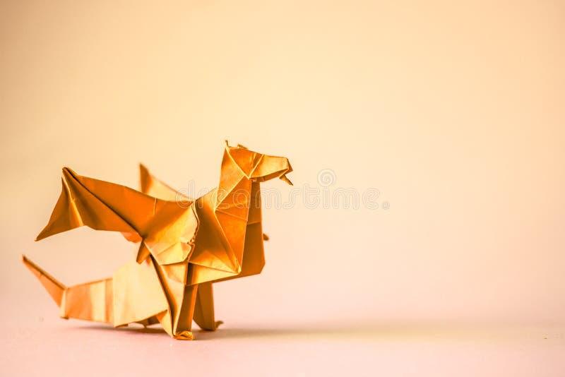Drago di origami nel rosso su un fondo normale fotografia stock libera da diritti