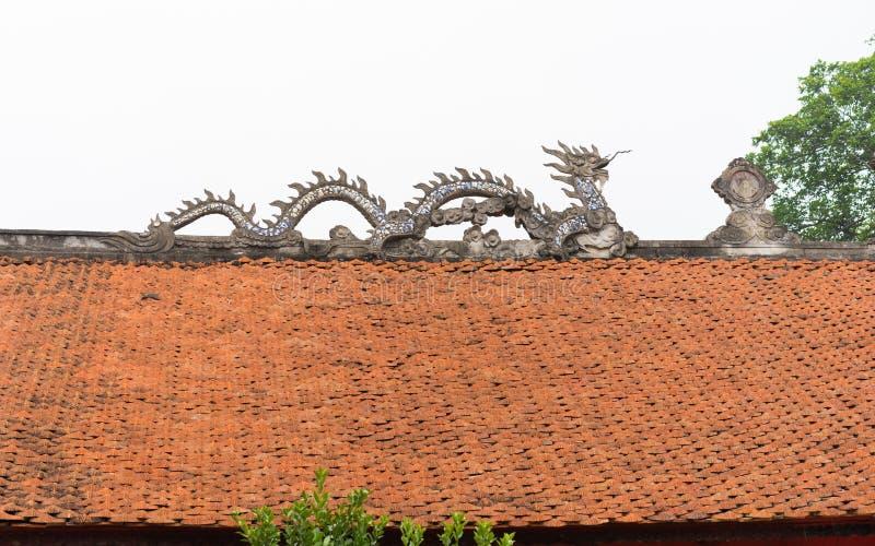 Drago di pietra comune sopra il tetto del tempio nel Vietnam fotografia stock libera da diritti