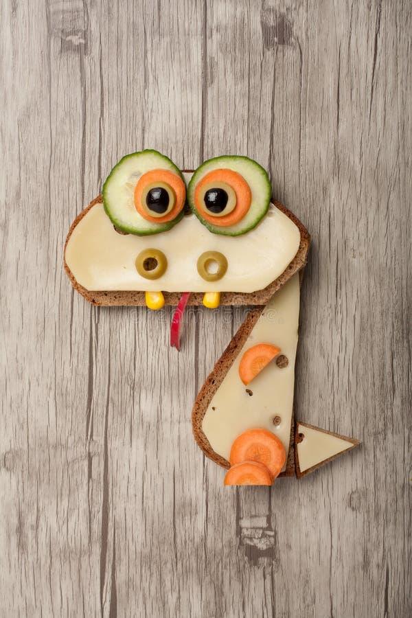 Drago divertente fatto di pane e di formaggio fotografia stock