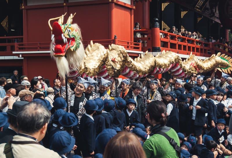 Drago dorato che si muove attraverso la folla al tempio di Senso-ji, Tokyo immagine stock libera da diritti