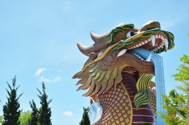 Drago dorato del villaggio cinese a Suphanburi Tailandia fotografia stock libera da diritti