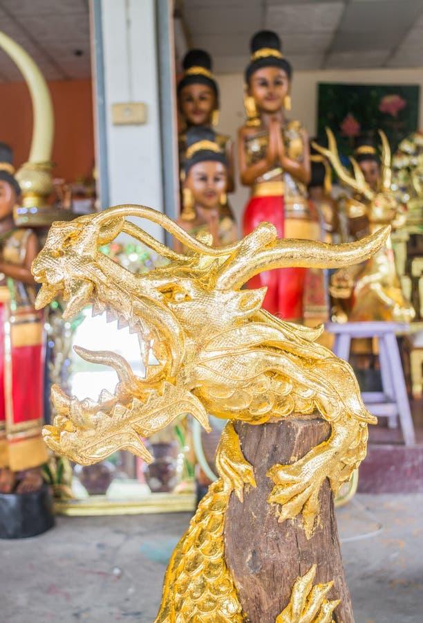 Drago dorato dell'artigianato fatto di legno fotografia stock libera da diritti