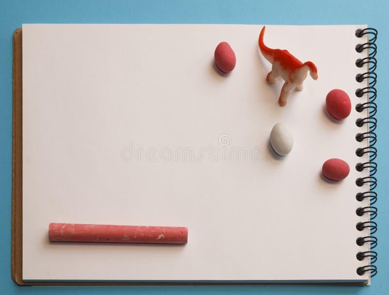 Drago, pastelli colorati, arachidi a colori glassa su un bianco lei fotografia stock
