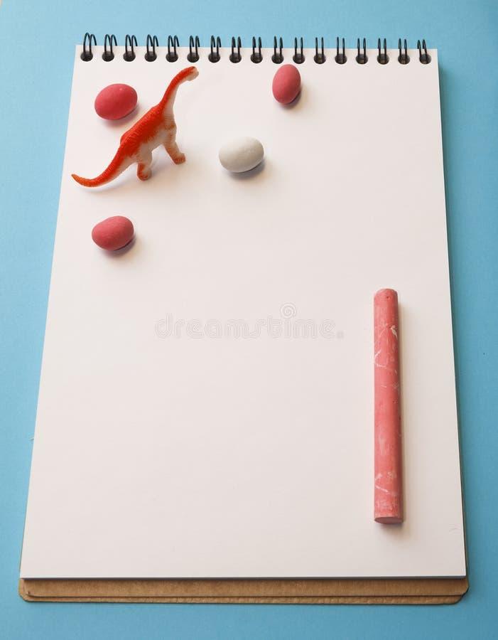 Drago, pastelli colorati, arachidi a colori glassa su un bianco lei immagini stock
