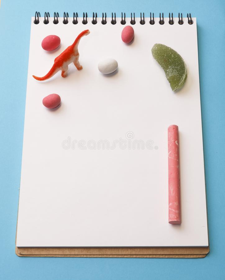 Drago, pastelli colorati, arachidi a colori glassa su un bianco lei fotografia stock libera da diritti
