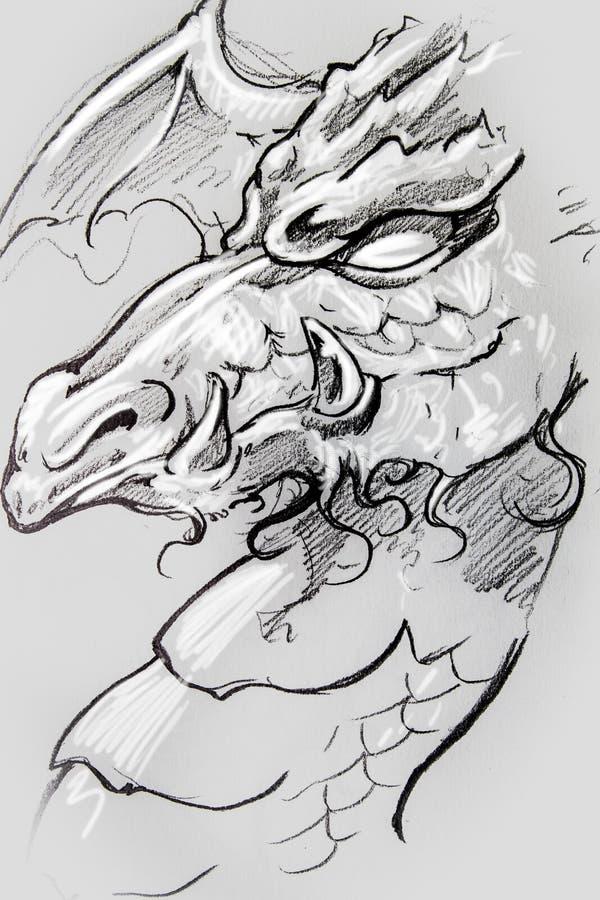 Drago, schizzo del tatuaggio, progettazione fatta a mano sopra carta d'annata fotografia stock libera da diritti