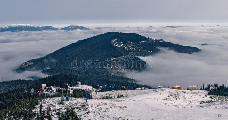 Dragobrat Ukraina Alpint sceniskt skidar semesterorten arkivbilder