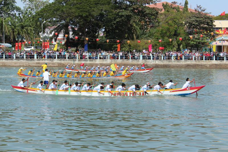 Dragon Boat Racing Festival tradicional no rio do Ca Ty, Phan Thi imagem de stock royalty free