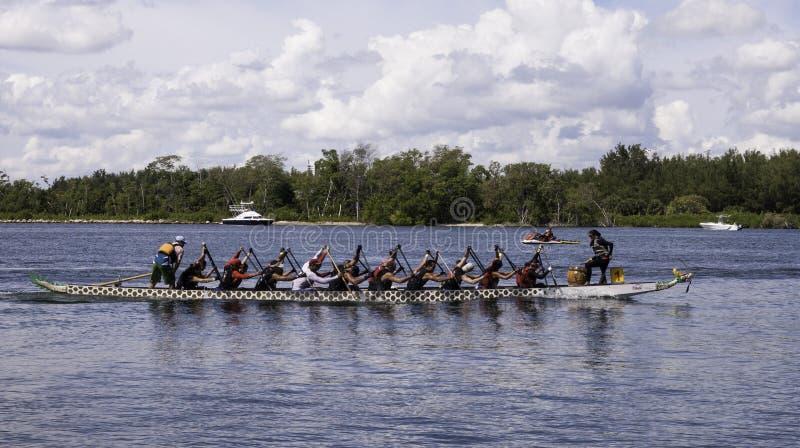 Dragon Boat Racing na praia de Haulover fotos de stock