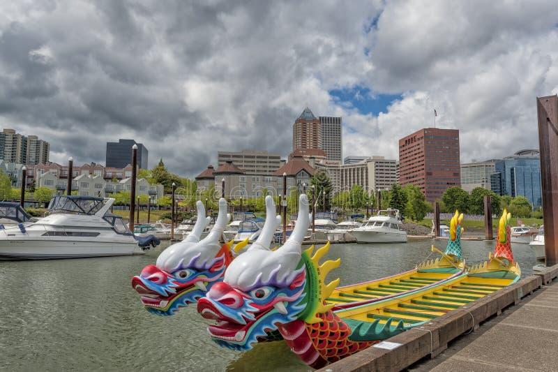 Dragon Boats entrou no Willamette em Portland, Oregon fotografia de stock
