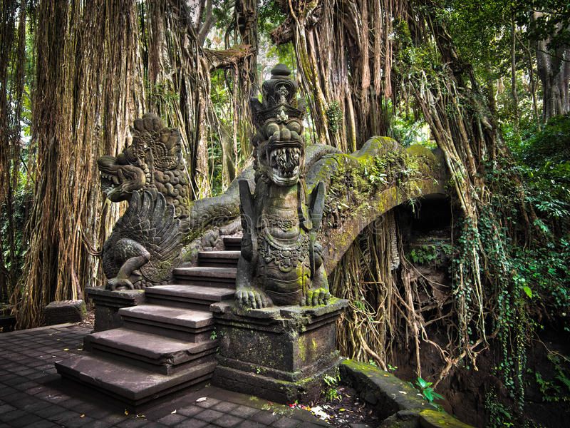 Dragon Bridge au singe Forest Sanctuary dans Ubud, Bali image libre de droits