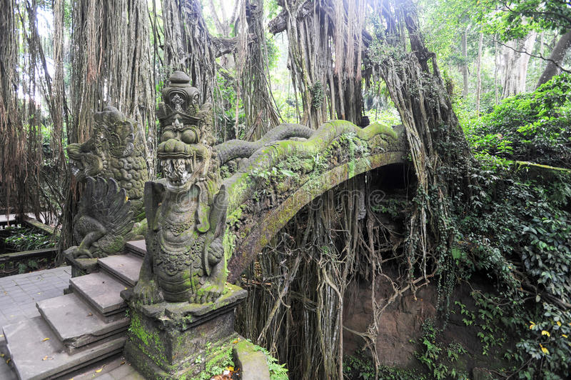 Dragon Bridge no macaco sagrado Forest Sanctuary, Ubud, Bali imagem de stock royalty free
