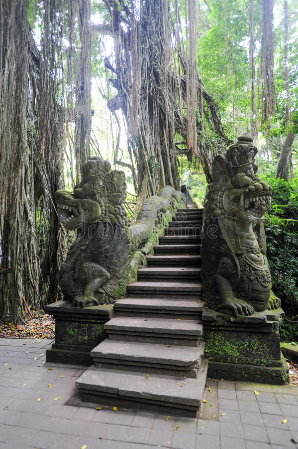 Dragon Bridge no macaco sagrado Forest Sanctuary, Ubud, Bali foto de stock royalty free
