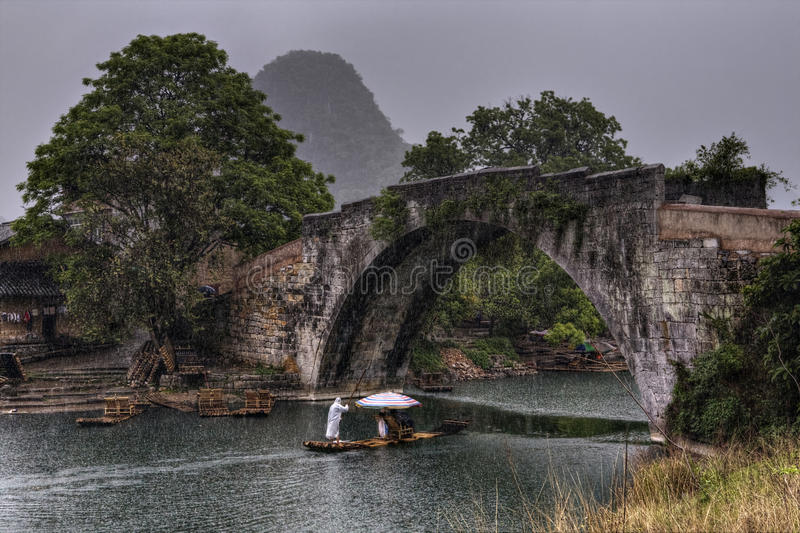 Dragon Bridge sopra il fiume di Yulong, Yangshuo, Guilin, il Guangxi Provi fotografie stock libere da diritti