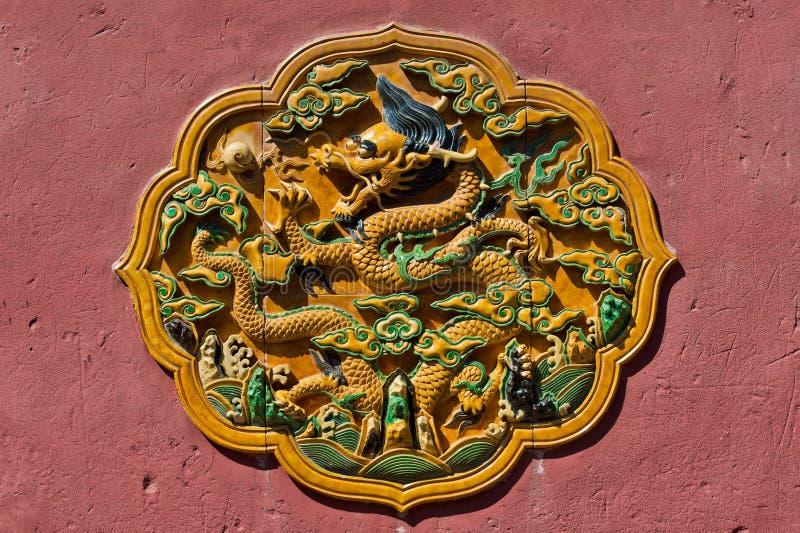 Dragon Catching Pearl Plaque amarillo chino en baldosa cerámica encendida esmaltada transparente fotografía de archivo libre de regalías