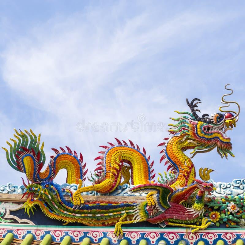 Dragon chinois sur le ciel bleu avec le dessus de nuage - Photo de dragon chinois ...
