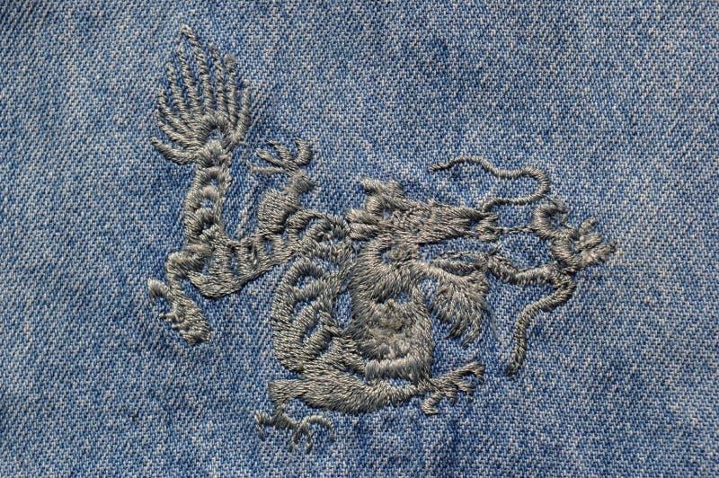 Dragon chinois sur le denim image stock