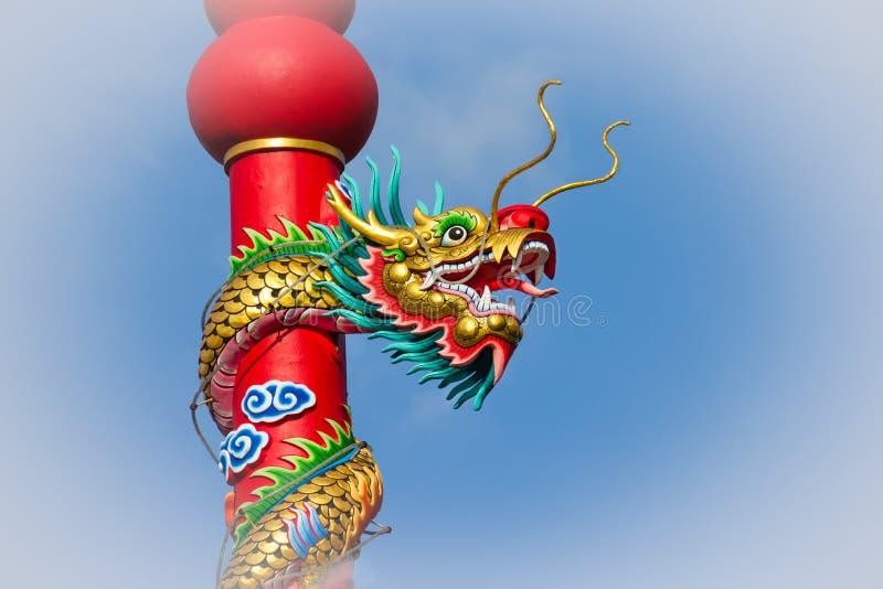 Dragon coloré sur le poteau dans le temple chinois, Thaïlande photos libres de droits