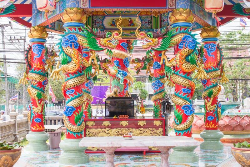 Dragon coloré sur le poteau dans le temple chinois, Thaïlande photographie stock