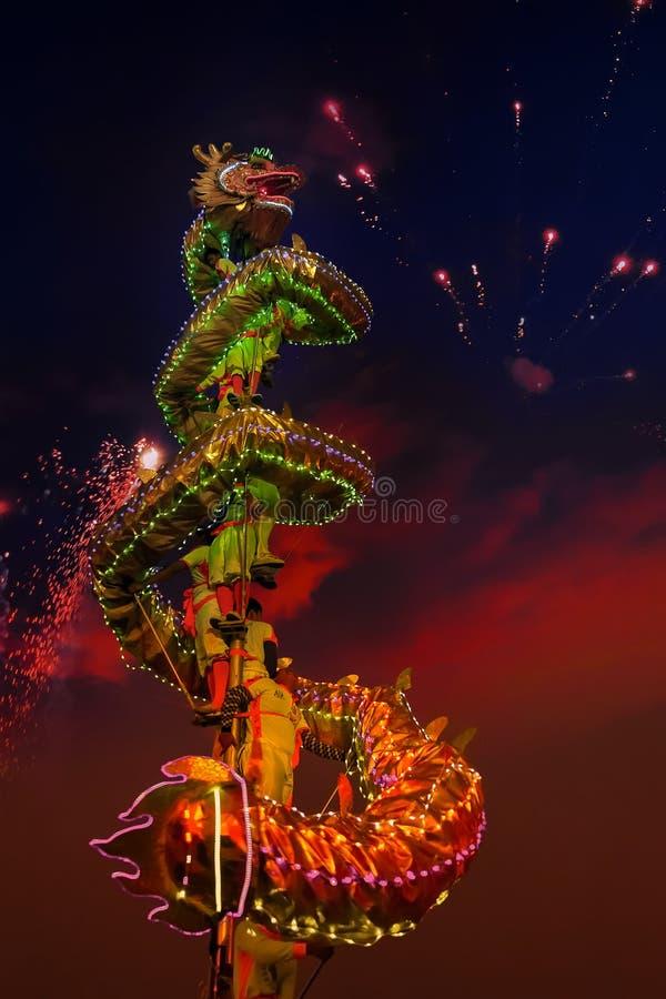 Dragon Dance in einer ` s des Chinesischen Neujahrsfests Feier stockbild