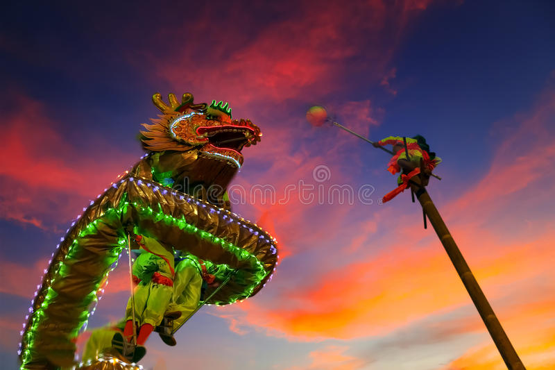 Dragon Dance in einer ` s des Chinesischen Neujahrsfests Feier stockfotos