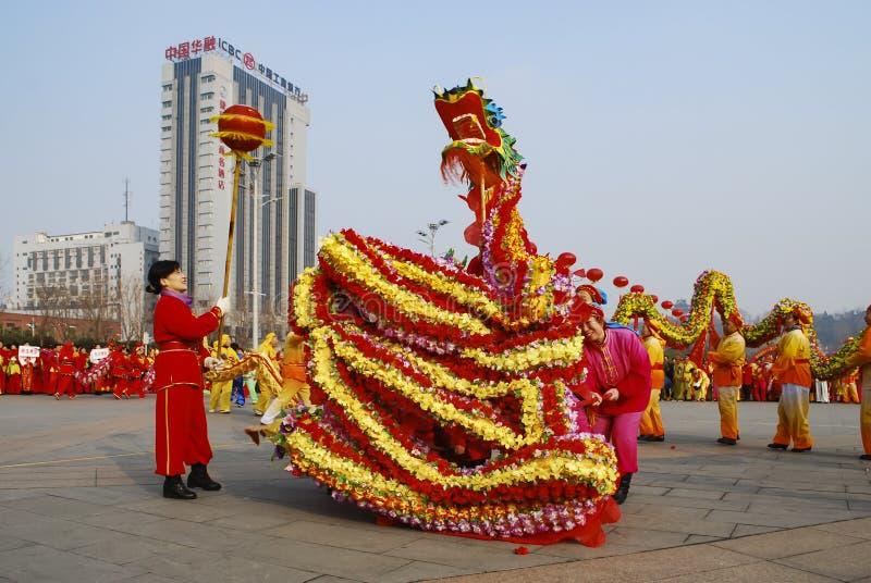 Dragon Dance För vårfestival för traditionell kines beröm arkivfoto