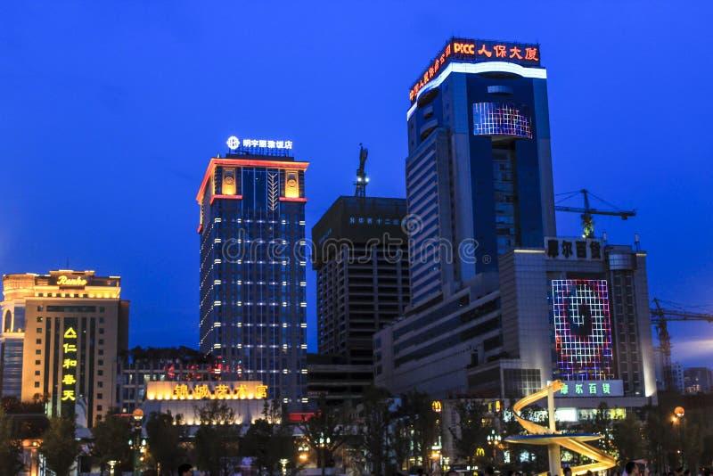 Dragon Fountain no quadrado de Chengdu Tianfu na noite fotografia de stock