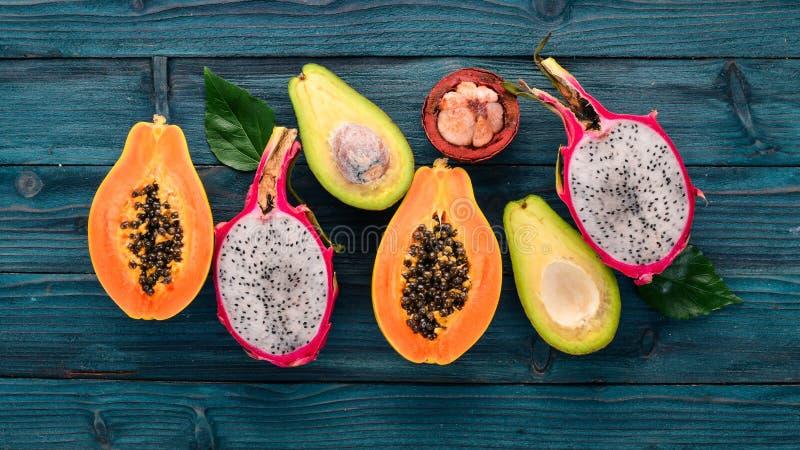 Dragon Fruit, avocat, papaye et mangoustan Fruits tropicaux Sur un fond en bois image libre de droits