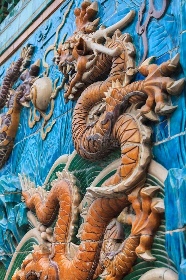 Dragon jaune détaillé sur le mur de neuf dragons photographie stock libre de droits