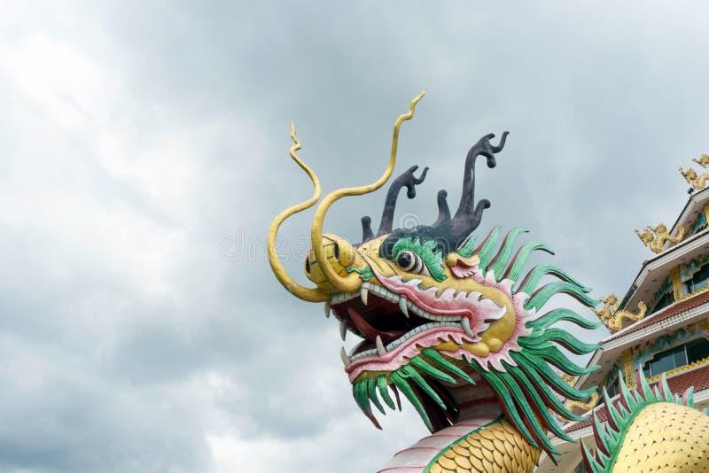 Dragon Ladder på ingången av Wat Huay Pla Kung i Chiang Rai Province, Thailand royaltyfri foto